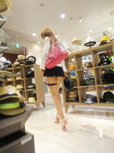 ノーパンで買い物してる女性がいたんで後をつけて隠し撮りしたという画像 7