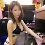 台湾の屋台のバーベキュー屋に巨乳でビキニ姿の美人店員がいたと話題