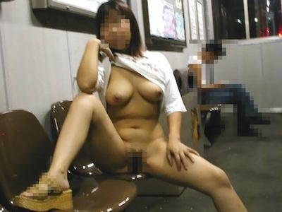 巨乳な女性が駅のホームで全裸露出してるヌード画像 2