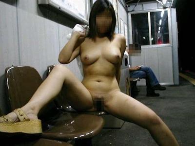 巨乳な女性が駅のホームで全裸露出してるヌード画像 4