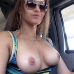 車の中でおっぱい出してる西洋女性の自分撮りヌード画像特集