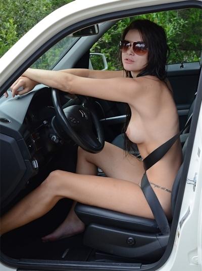 車の中でおっぱい出してる西洋女性の自分撮りヌード画像 1