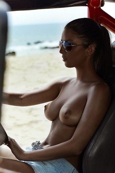 車の中でおっぱい出してる西洋女性の自分撮りヌード画像 2