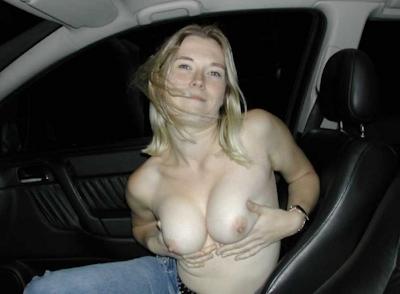 車の中でおっぱい出してる西洋女性の自分撮りヌード画像 14