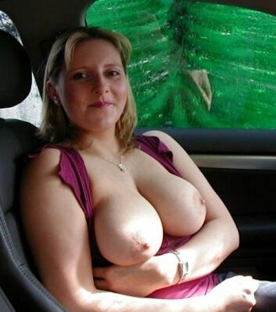 車の中でおっぱい出してる西洋女性の自分撮りヌード画像 15