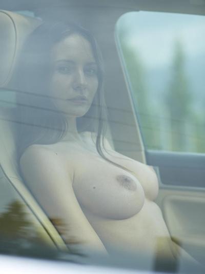 車の中でおっぱい出してる西洋女性の自分撮りヌード画像 17