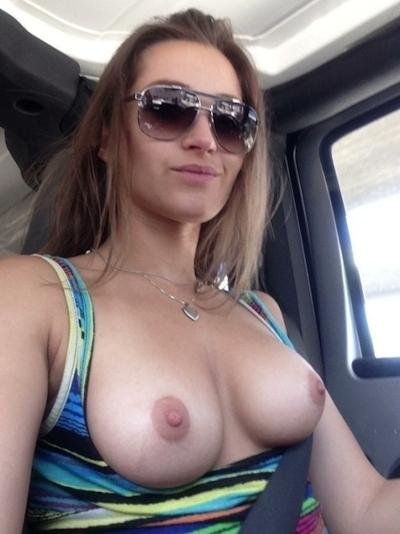 車の中でおっぱい出してる西洋女性の自分撮りヌード画像 20