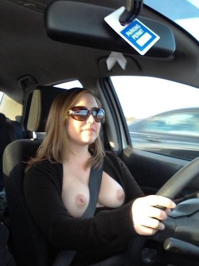 車の中でおっぱい出してる西洋女性の自分撮りヌード画像 26