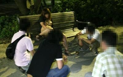 美乳な素人女性が夜の公園で野外露出して男達にマンコ見せちゃってる画像 6