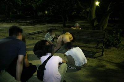 美乳な素人女性が夜の公園で野外露出して男達にマンコ見せちゃってる画像 8