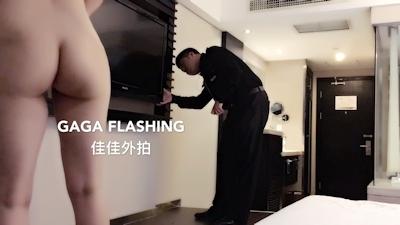 テレビが映らないとホテルマンを部屋に呼んで全裸で出迎えちゃう中国女性の露出プレイ画像 3