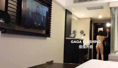 テレビが映らないとホテルマンを部屋に呼んで全裸で出迎えちゃう中国女性の露出プレイ画像 9