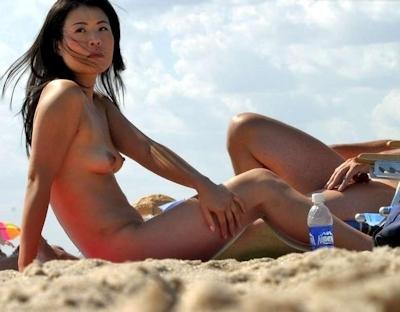 ヌーディストビーチにいたアジアン美女のヌード画像 4