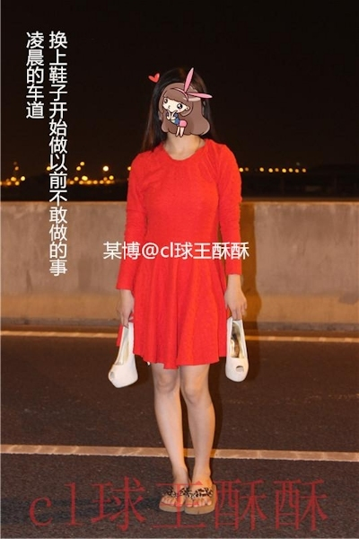 高速道路で野外露出してる美乳な中国女性のヌード画像 1