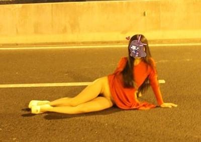 高速道路で野外露出してる美乳な中国女性のヌード画像 2