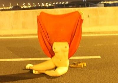 高速道路で野外露出してる美乳な中国女性のヌード画像 4