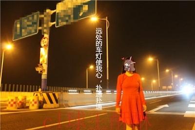 高速道路で野外露出してる美乳な中国女性のヌード画像 5