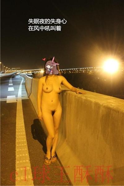 高速道路で野外露出してる美乳な中国女性のヌード画像 20