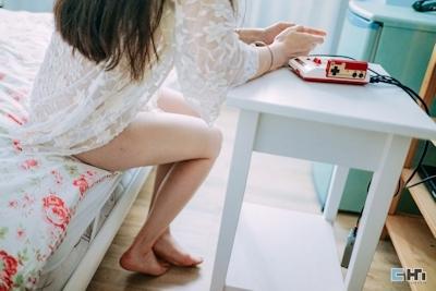 半裸でファミコンをプレイしてる美女のセミヌード画像 6