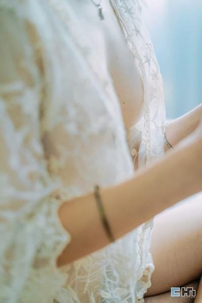 半裸でファミコンをプレイしてる美女のセミヌード画像 8