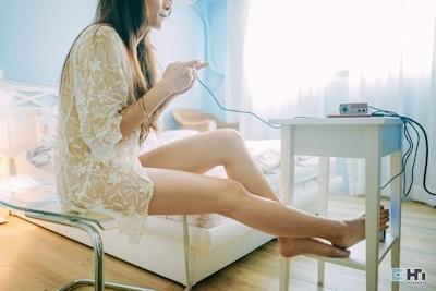 半裸でファミコンをプレイしてる美女のセミヌード画像 17
