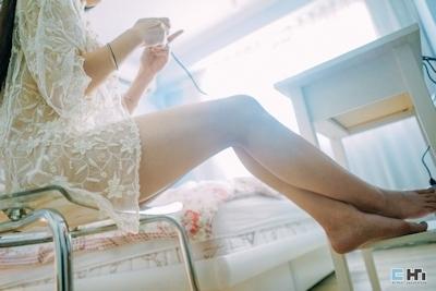 半裸でファミコンをプレイしてる美女のセミヌード画像 19