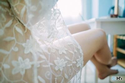 半裸でファミコンをプレイしてる美女のセミヌード画像 20