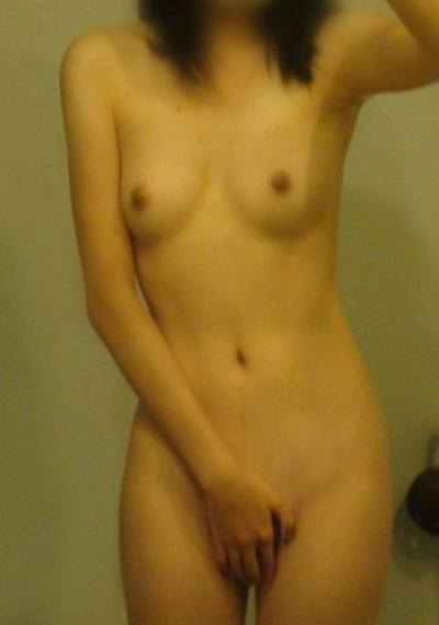 スレンダー美乳な中国素人女性の自分撮りヌード画像 11