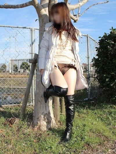 色白美乳な日本の素人女性の野外露出ヌード画像 2
