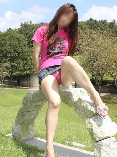 色白美乳な日本の素人女性の野外露出ヌード画像 4