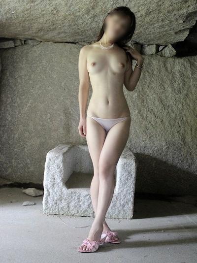 色白美乳な日本の素人女性の野外露出ヌード画像 14