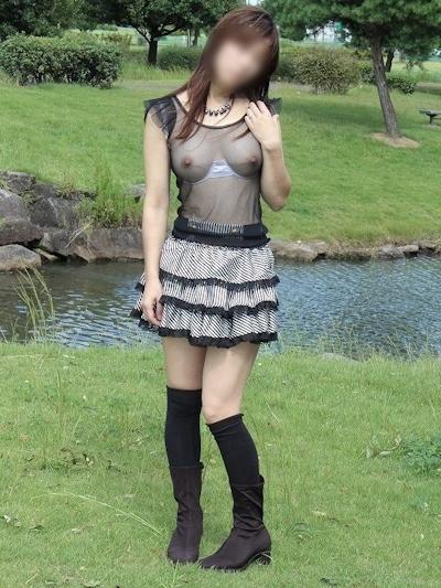 色白美乳な日本の素人女性の野外露出ヌード画像 16