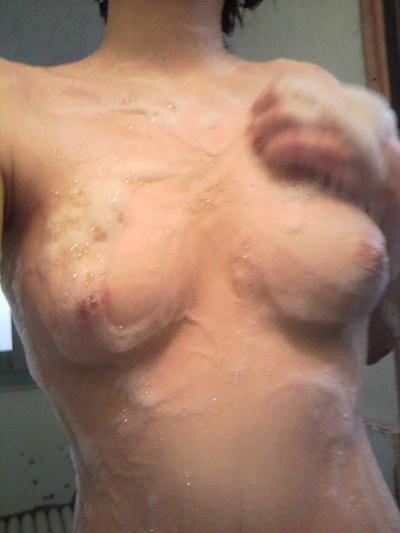 色白美乳な素人女性の自分撮りヌード画像 7