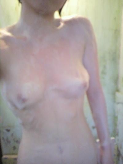 色白美乳な素人女性の自分撮りヌード画像 12
