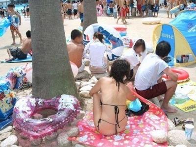 ヒモのようなビキニを着てる女性のセクシー画像 6