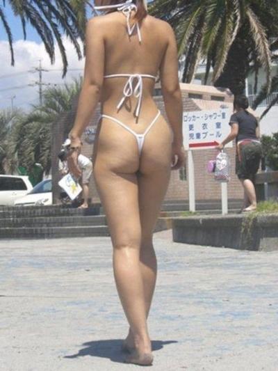 ヒモのようなビキニを着てる女性のセクシー画像 7