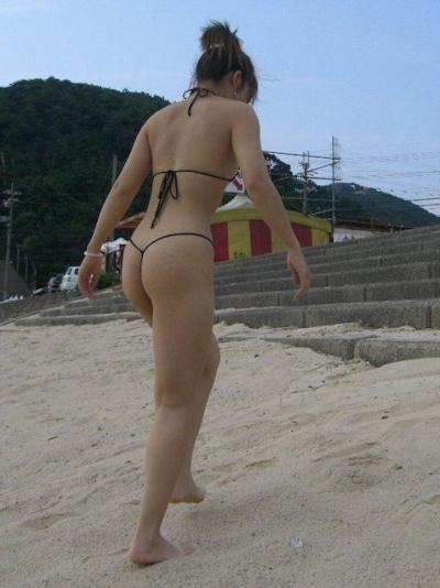 ヒモのようなビキニを着てる女性のセクシー画像 10