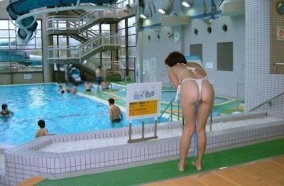 ヒモのようなビキニを着てる女性のセクシー画像 12