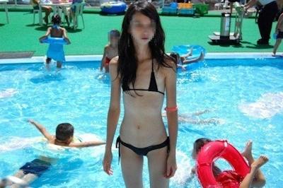 ヒモのようなビキニを着てる女性のセクシー画像 19