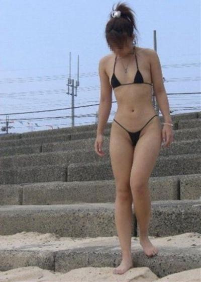 ヒモのようなビキニを着てる女性のセクシー画像 26