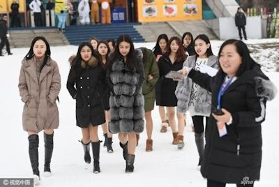 中国 長春でビキニ美女モデルが雪の中プロモーション活動 1