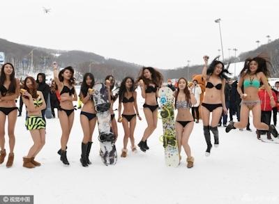 中国 長春でビキニ美女モデルが雪の中プロモーション活動 6