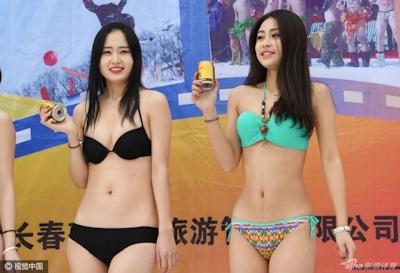 中国 長春でビキニ美女モデルが雪の中プロモーション活動 7