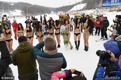 中国 長春でビキニ美女モデルが雪の中プロモーション活動 8