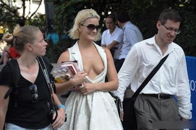 西洋美女のおっぱいポロリ・乳首チラ画像 2