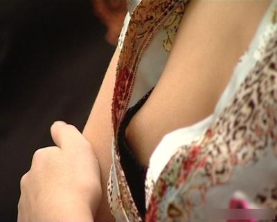 西洋美女のおっぱいポロリ・乳首チラ画像 12
