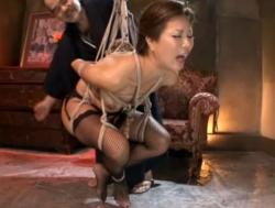 (おばさん)捕縄吊るされ鞭打たれて乱れる姿がたまらないモデルおばさんマゾ奴隷