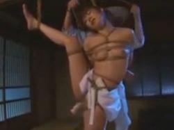 白い腰巻姿の女を片足吊りで縛る。バイブで体を弄られ、突っ込まれたまま抜けないように固定。そのまま吊られ、悶えまくる無料アダルト動画 TokyoTube(3)