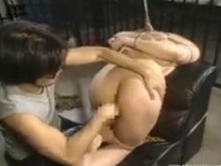 金を持ち逃げした女を裸に剥いて縛り上げ、金のありかを白状させる。浣腸されアナルを責められてようやく素直にw無料アダルト動画 TokyoTube(2)
