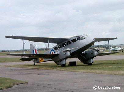 フンワリ田舎の空を飛ぶドラゴンラピード複葉機REVdownsize